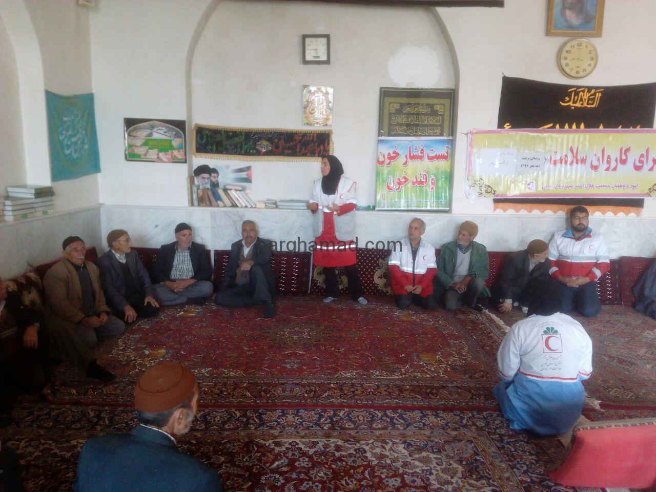 تست فشار خون و قند خون رایگان توسط مسولین هلال احمر شهرستان در مسجد علی بن ابی طالب(ع) روستای برغمد